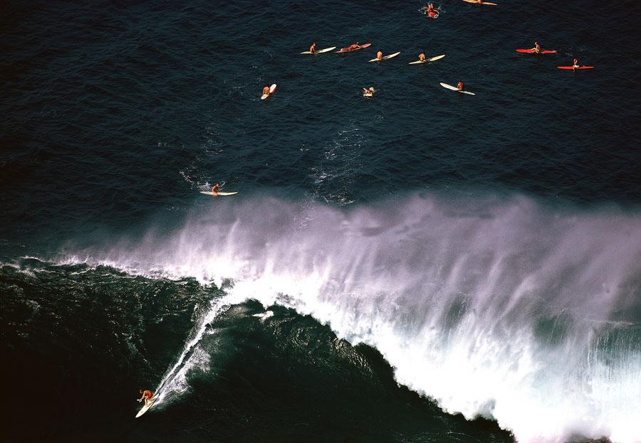 Surfing the Waimea Shorebreak foto von Neil Leifer